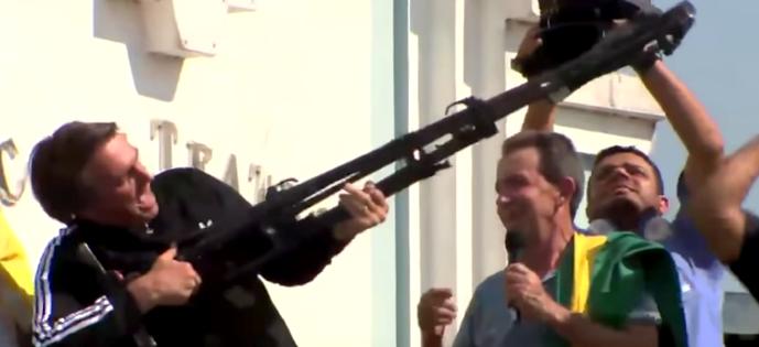 bolsonaro atirando