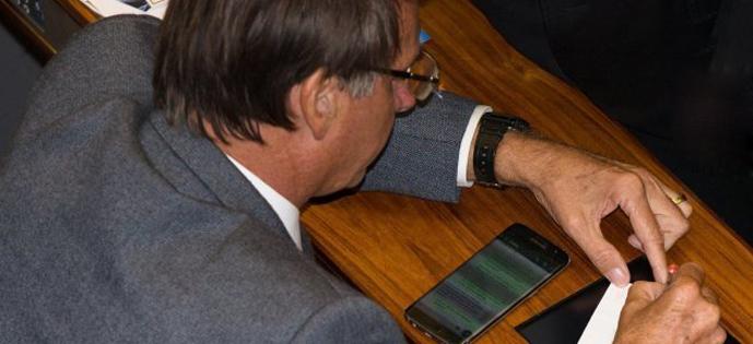 Bolsonaro mensagem de celular plenario