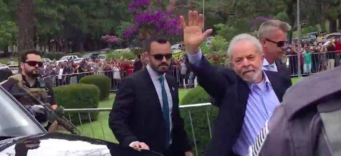 Lula acenando