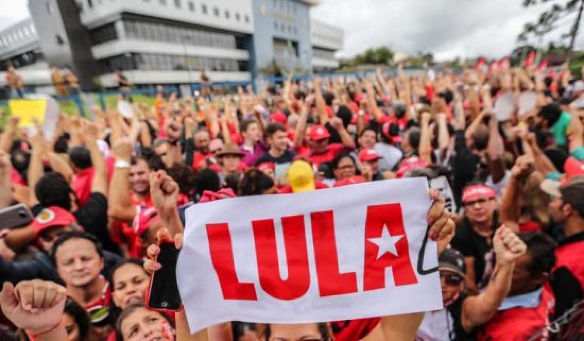 Lula povo na frente da PF