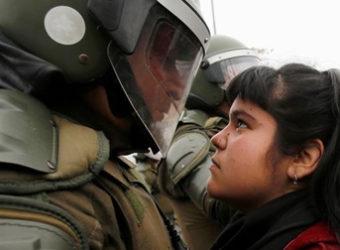 Resistência menina encara policial chile